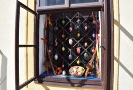 Výstava kraslic za okny muzea a proč je nejvíc kraslic červených